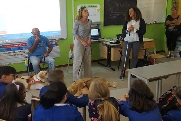 Aula scolastica, i bambini ascoltano la lezione di Stefania Terrè con il suo Italo