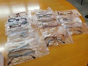 Le montature donate all'Uici di Ascoli e Fermo. Sono esposte su un tavolo, confezionate in bustine singole trasparenti