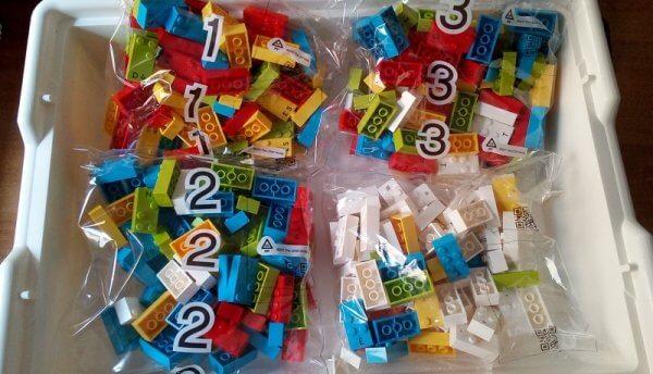Una delle prime confezioni di Lego Braille arrivate in Italia. I mattoncini colorati riportano sulla parte superiore lettere e numeri in Braille