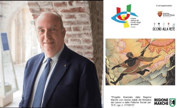 Il direttore della Pinacoteca Civica di Ascoli Piceno, Stefano Papetti, ci sorride mentre posa sotto i portici della biblioteca. Indossa una giacca blu, una camicia a righe sottili bianche e blu e una cravatta blu con piccoli pois bianchi.