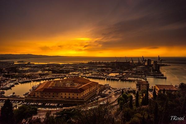 Uno splendido tramonto sulla Mole Vanvitelliana di Ancona tinge il panorama sui toni dell'arancio. Il bellissimo scatto che rappresenta la città di Ancona ci è stato donato dall'avvocato Tommaso Rossi, fotografo per passione