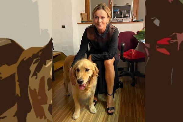 Italo il cane guida con l'attrice Lucia Mascino. Lucia Mascino è seduta a fianco a Italo e lo accarezza con una mano. Entrambi guardano l'obiettivo