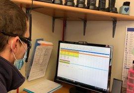 Mirco Loretoni al lavori nella sua postazione alla sede della Croce Rossa di Visso. E' seduto di spalle e sta lavorando al computer.