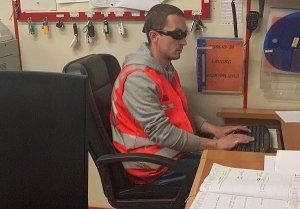 Mirco Loretoni nella sua postazione di lavoro alla Croce Rossa di Visso. Indossa il giubbotto rosso tipico dei soccorritori