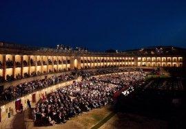 Una bellissima immagine in notturna dello Sferisterio di Macerata con il pubblico pronto ad assistere allo spettacolo