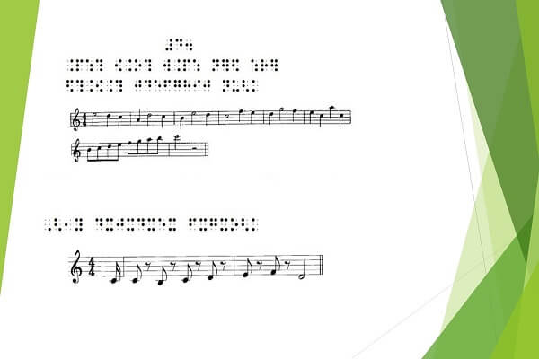 Un testo musicale con il pentagramma, le note e la relativa trascrizione in braille, inserito in un sipario con tende stilizzate sui toni del verde
