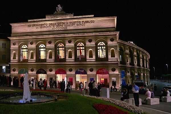 Una splendida panoramica esterna dell'Arena Sferisterio di Macerata, in notturna, tutta illuminata, pronto ad accogliere gli ospiti che si accingono a entrare