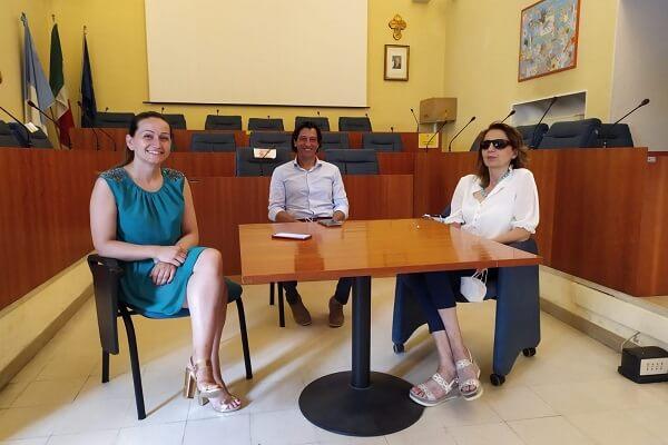 Un momento della conferenza stampa. Nell'aula consiliare del comune di Grottammare, seduti davanti a un tavolo, da sinistra ci sono Margherita Anselmi, con abito azzurro, Enrico Piergallini con camicia chiara e pantaloni scuri e Gigliola Chiappini con camicetta bianca e pantaloni blu