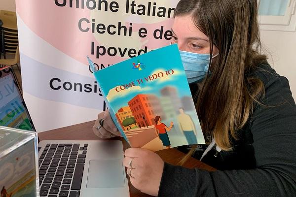 Noemi, volontaria del Servizio civile, al lavoro negli uffici dell'Uici Marche