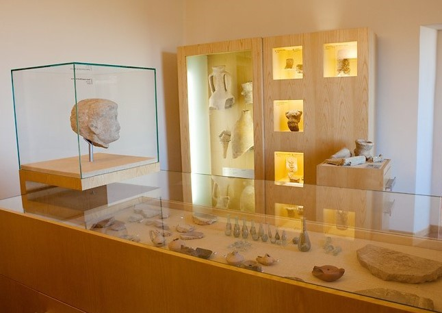 Una sala del museo di Monterubbiano. La luce dorata del sole illumina le teche che custodiscono i reperti e gli oggetti antichi