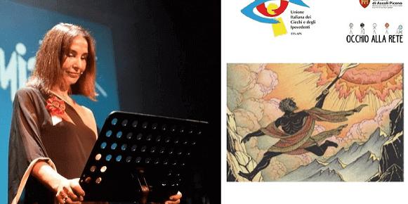 Una bella immagine dell'assessore alla Cultura del Comune di Ascoli Piceno, Donatella Ferretti, sul palco del teatro Ventidio Basso. Indossa un abito a tunica e ha le mani sul leggio