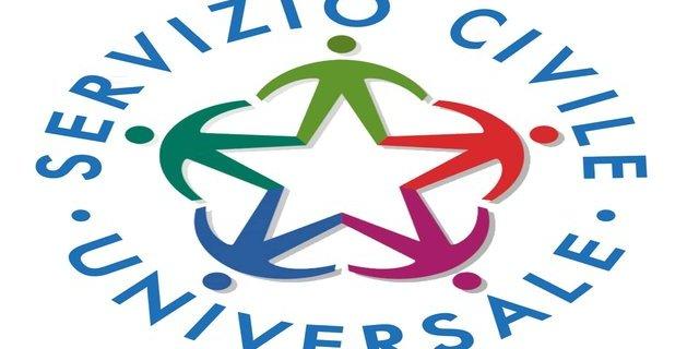 Il logo del servizio civile universale è composto da una stella colorata a cinque punte, con omini stilizzati, uno per ogni punta, che si tengono per mano